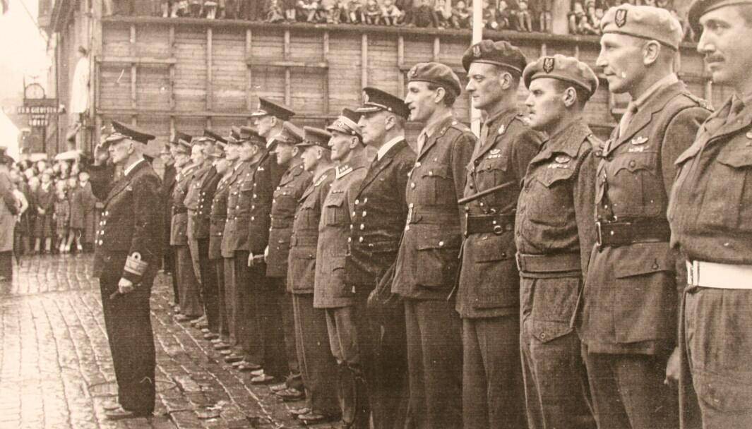 Sentrale allierte offiserar under ein paraden i Bergen sommaren 1945. Frå høgre står Alex Murihead, Paddy Mayne, Harry Poat og Brian Franks. «Mad» Mike Calvert er nummer ni frå høgre.
