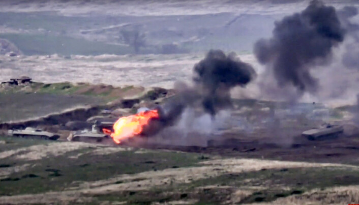 Dette bildet ble publisert av det armenske forsvarsdepartementet søndag 27. september og skal vise at armenske styrker ødelegger et aserbajdsjansk kjøretøy.