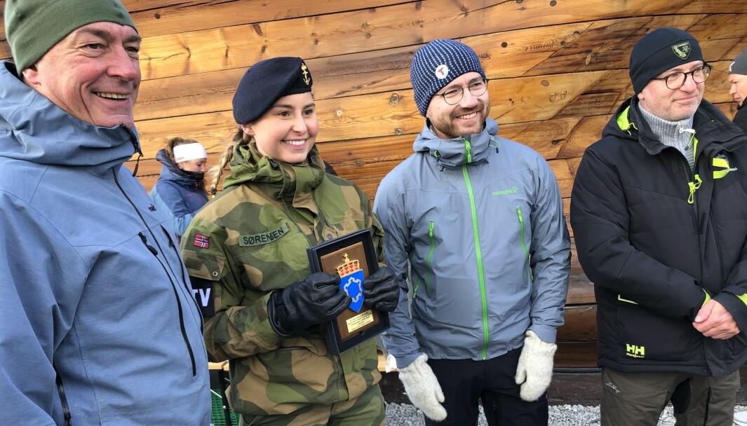 Julie Sørensen ble tildelt pris fra Forsvarsbygg. Forsvarsminister Frank Bakke-Jensen (t.v.) og miljøvernminister Sveinung Rotevatn var til stede. Til høyre, direktør Thorbjørn Thoresen i Forsvarsbygg