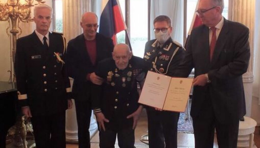 Mikhail Podgurskij mottok deltakermedaljen i den norske ambassaden i Moskva.