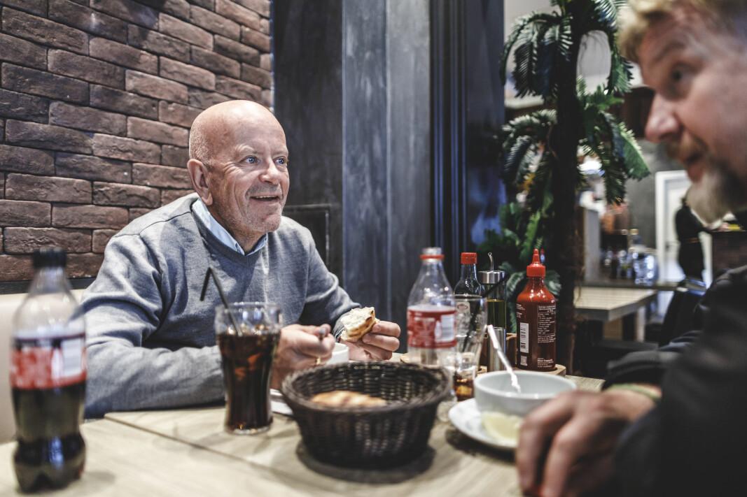Ole tar seg en suppe på en restaurant i Grønlandsleiret hvor han driver miljøtrening.