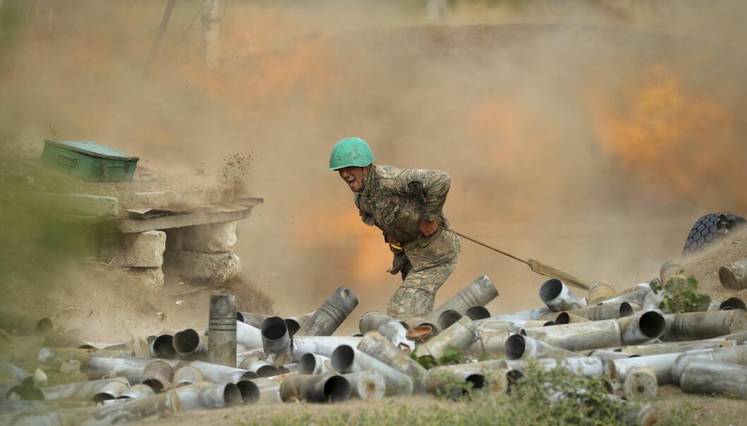 En armensk soldat skyter mot aserbajdsjanske stillinger i Nagorno-Karabakh.