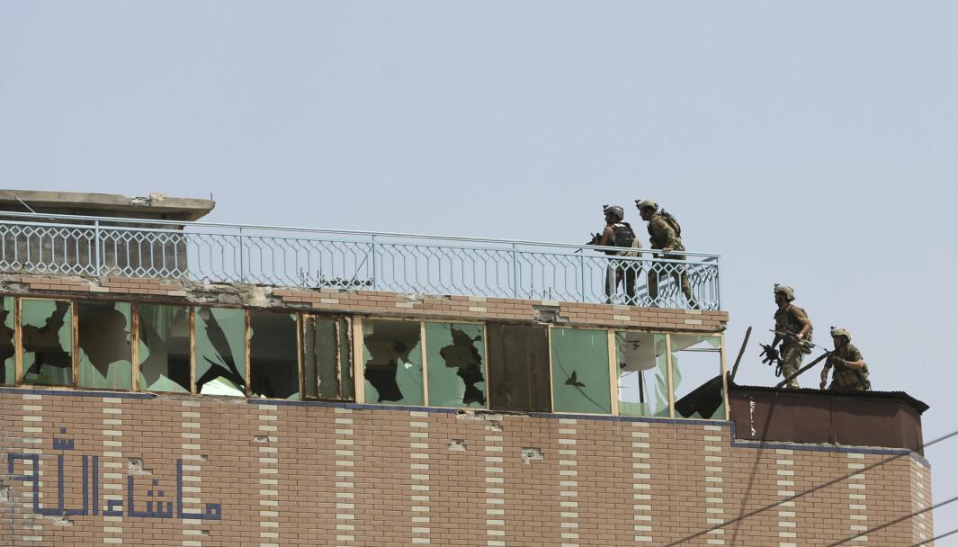 Afghansk sikkerhetspersonell rykker fram i en bygning der opprørere gjemmer seg etter at IS angrep et fengsel i byen Jalalabad, øst for Kabul 3. august 2020.