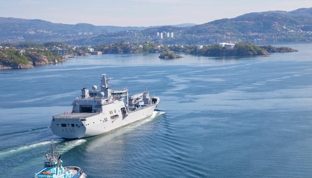 KNM Maud seiler ut fra Haakonsvern i mai i fjor.