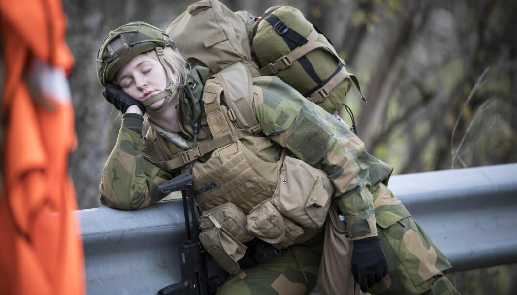 En kjapp cowboystrekk kan gi økt ytelse, mener den amerikanske hæren. Her hviler en cybersoldat et øyeblikk under beretløpet sitt i 2017.