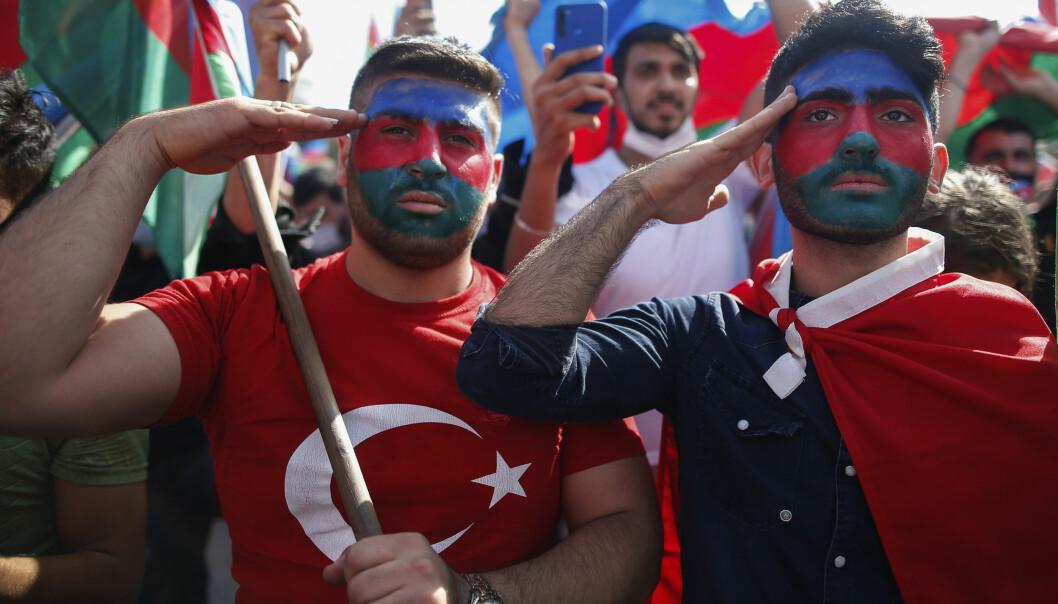 Pro-aserbajdsjanske demonstranter under en demonstrasjon til støtte for Aserbajdsjan i Istanbul. Mange syriske krigere reiser via Tyrkia til Baku for å kjempe på aserbajdsjansk side i Nagorno-Karabakh.