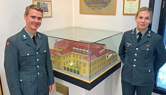 Her er kadetten Brage Bolstad-Andreassen og Karen-Frederikke Løvenskiold ved en modell av Den gamle krigsskolen.