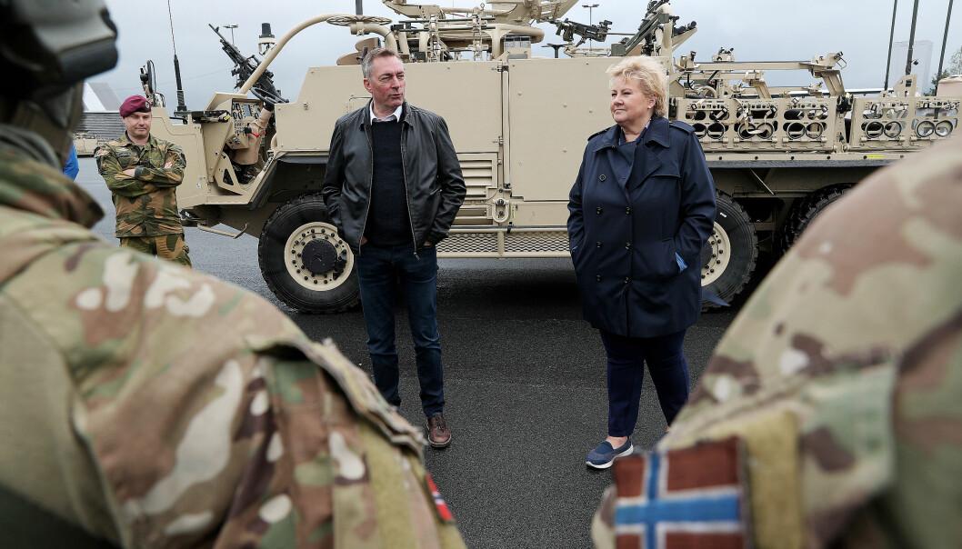 Forsvarsminister Frank Bakke-Jensen og statsminister Erna Solberg under et besøk til Forsvarets spesialstyrker i juni 2019.