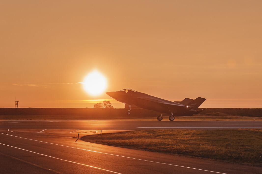 Kampflyprosjektet blir dyrere enn hva regjeringen beregnet i en tidligere kostnadsramme. Her lander et av de tre siste nye F-35 på Ørland flystasjon.