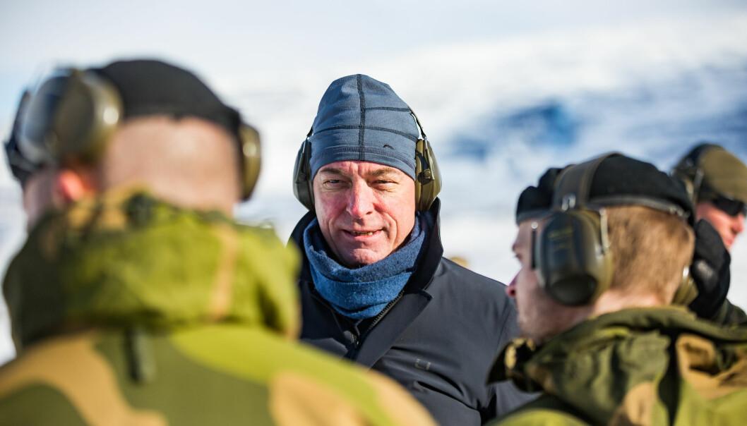 Forsvarsminister Frank Bakke-Jensen under et besøk ved Finnmark landforsvar i fjor.