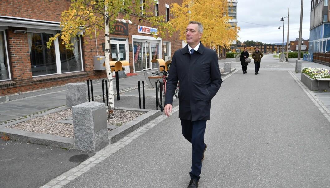 Forsvarsminister Frank Bakke-Jensen på spasertur i Alta sentrum etter onsdagens pressekonferanse.