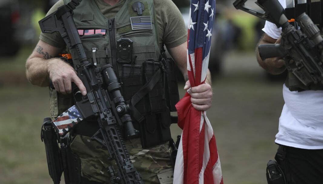 Høyreekstreme og rasistiske grupper som Proud Boys utgjør nå den største sikkerhetstrusselen i USA, ifølge årsrapporten fra Departementet for innenlands sikkerhet (DHS). Det er stikk i strid med hva president Donald Trump hevder.