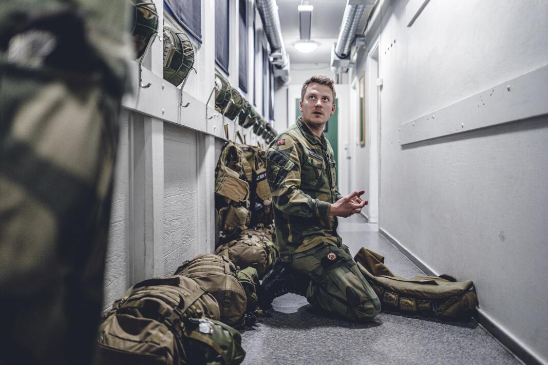 Frode Johansen, nestkommanderende i Vakt og sikring, ser etter klistremerker på vestene de har fått utdelt.