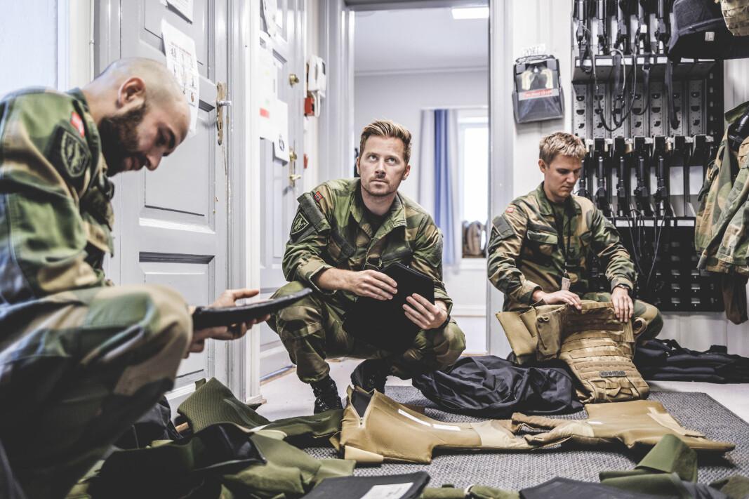 Kompanisjef Ramon Karadash og logistikkoffiser Fredrik Andreassen sjekker vestene de har liggende i beredskap.