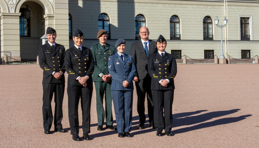 Vernepliktsrådet utenfor Slottet. Fra venstre: Ola Tollnes Lydersen, Anette Hyldmo, Aksel Grunnvåg, Anniken Strønen Riise, Knut Ringen og Sofia Karin Malekas.