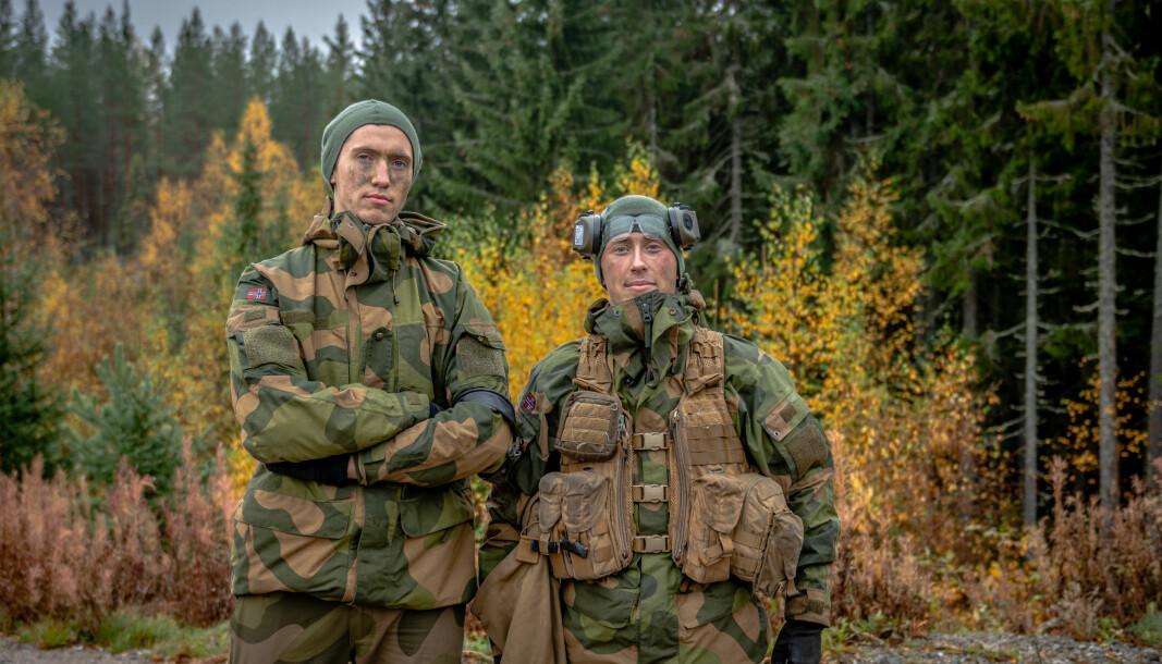 Elias Helfjell (t.v.) og Sondre Høllen er vernepliktige på Rena