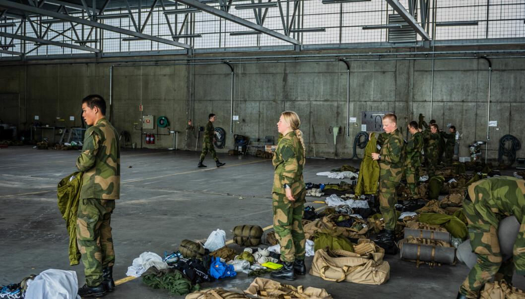 Soldater fra Hærens skole for rekrutt og fagutdanning (HSRF) utfører mønstring.
