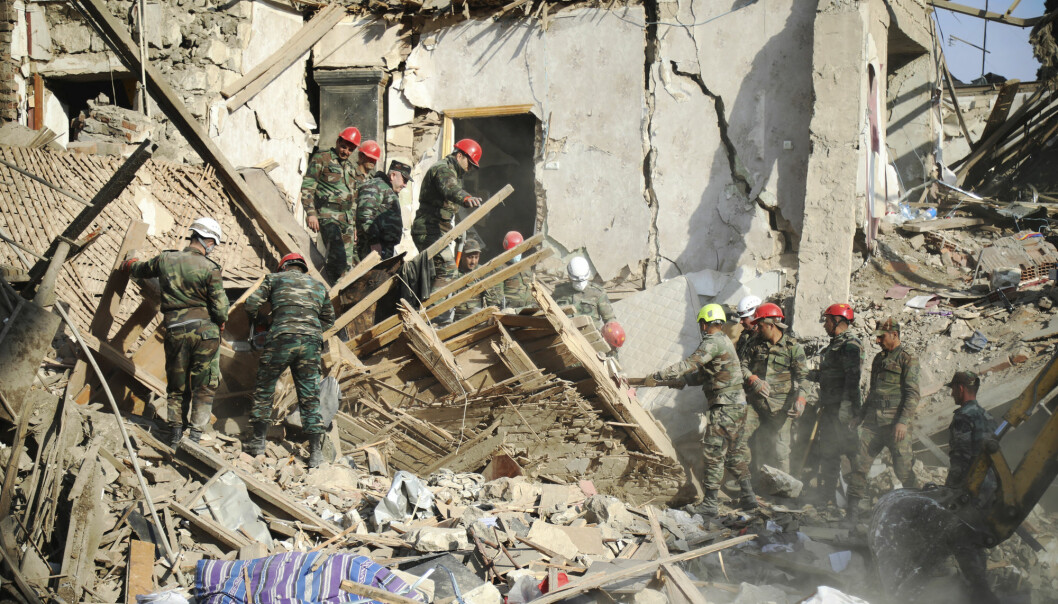 Hjelpearbeidere arbeider etter det som skal ha vært angrep fra armensk artilleri.