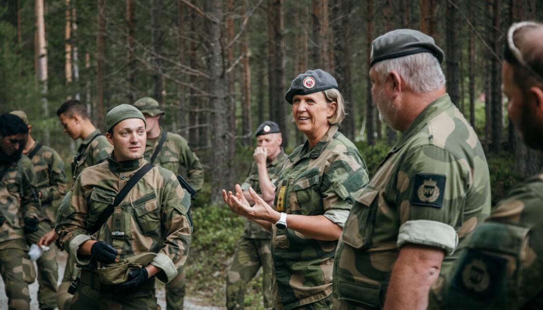Generalmajor Elisabeth Michelsen, sjef for Heimevernet, under et besøk ved HVs lagførerkurs i sommer.