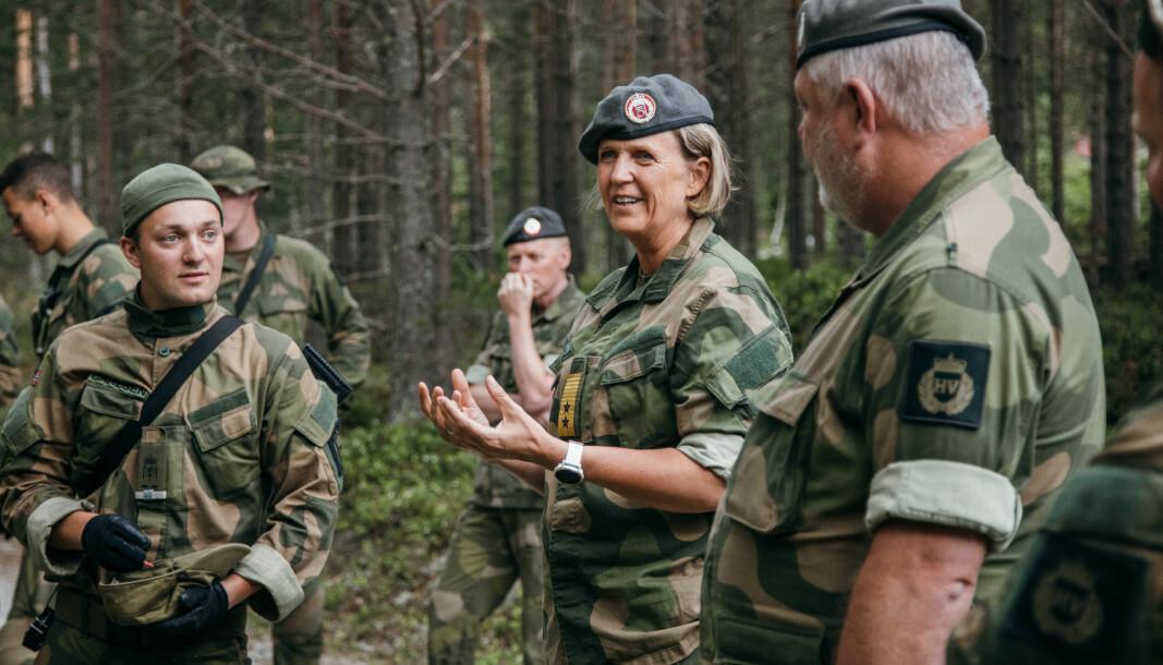 Sjef Heimevernet, generalmajor Elisabeth Michelsen (i midten) oppfordrer HV-soldater å bære uniform på jobben 4. desember.