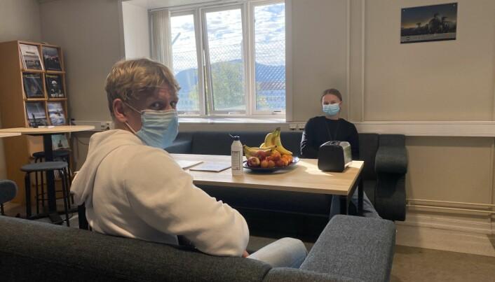 Marcus Lampe og Christine Matthiessen må ha på seg munnbindet gjennom hele oppholdet i sesjonslokalet.