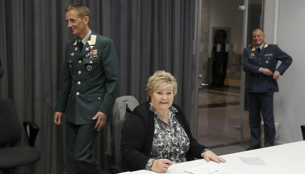 Forsvarssjef Eirik Kristoffersen går bak statsminister Erna Solberg før pressekonferansen der samfunnssikkerhetsmeldingen og langtidsplanen ble lagt fram fredag.