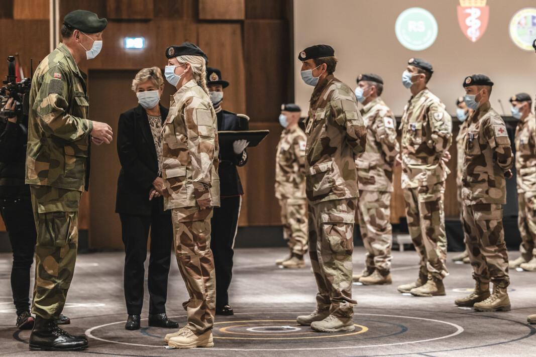 FOH-sjef Rune Jakobsen deltok på medaljeseremonien onsdag. Her får han avmelding fra styrkesjef Therese Killi Hansen. I bakgrunnen står statssekretær Tone Skogen.
