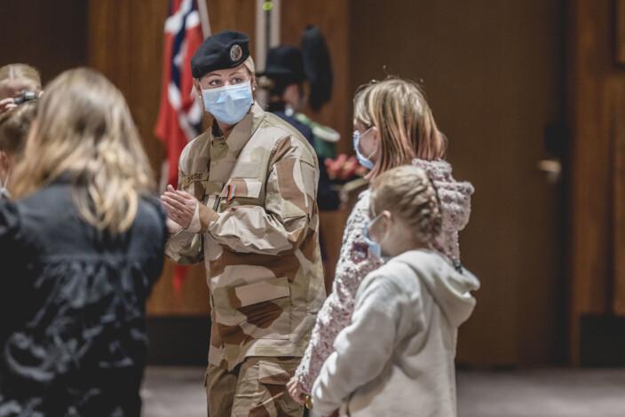 Det var flere barn som mottok hjemmehelt-medaljen under seremonien. I bakgrunnen står styrkesjef Therese Killi Hansen med sine egne barn til høyre.