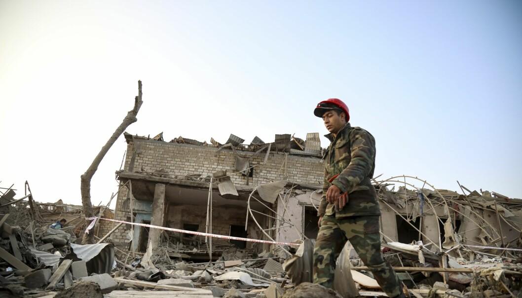 Det unyanserte mediebildet har sørget for stor frykt blant norsk-aserbajdsjanere i Norge, skriver Shervin Najafpour og Vafa Bakalar. Her ser vi en soldat som passerer ødeleggelsene etter at et hus i Ganja ble truffet av armenske styrker.