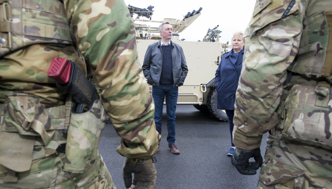 Forsvarsminister Frank Bakke-Jensen og statsminister Erna Solberg under et besøk på Rena leir i 2019.