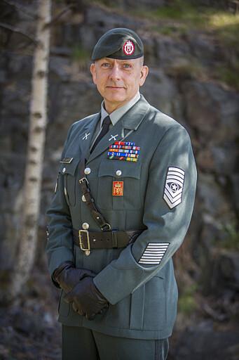 Hærens sersjantmajor, Rune Wenneberg jobber med å utvikle de nye uniformene. På bildet er han iført det fjellgrå tjenesteantrekket Hæren byttet til for et par år siden.