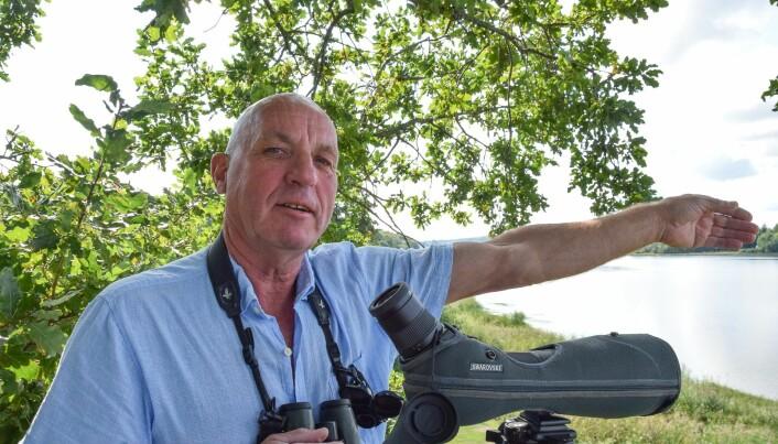 Bjørnar Olsen peker mot stedet hvor helikopteret befant seg ved Borrevannet.