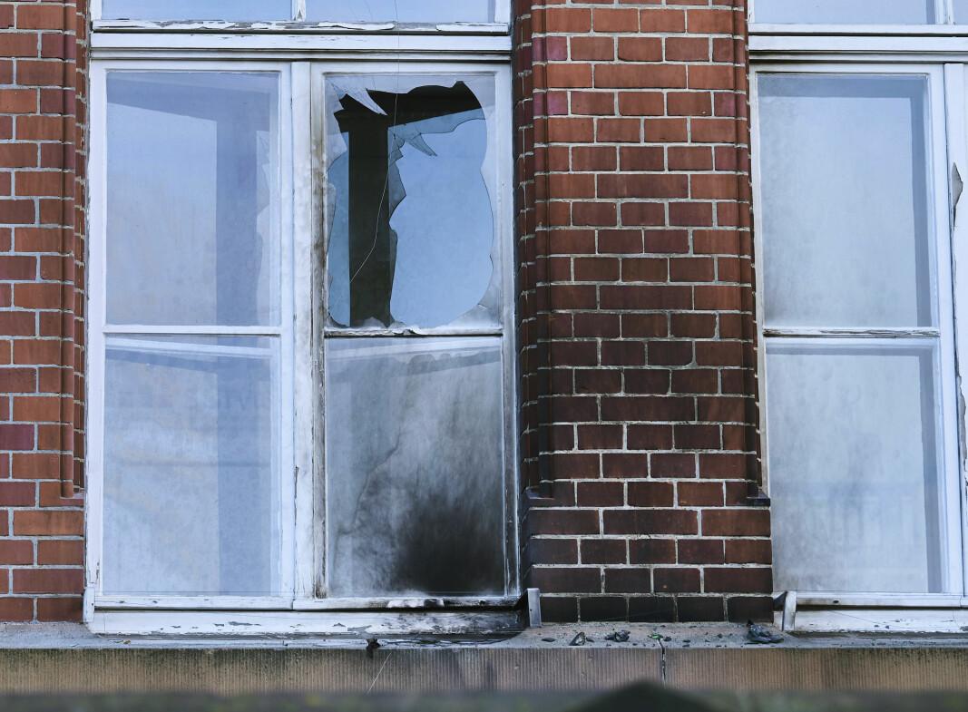 ANGREP: Et vindu ble ødelagt da ukjente personer kastet brannbomber mot et bygg tilhørende det tyske smitteverninstituttet i Berlin søndag.
