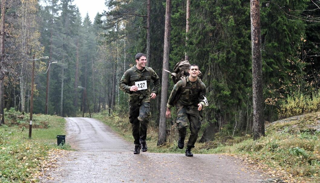Nå kan vernepliktige som utmerker seg innenfor feltsport og skyting anerkjennes med tildeling av medaljer, skriver Bjørnar Dullum. her ser vi soldater som går for marsjmerket.
