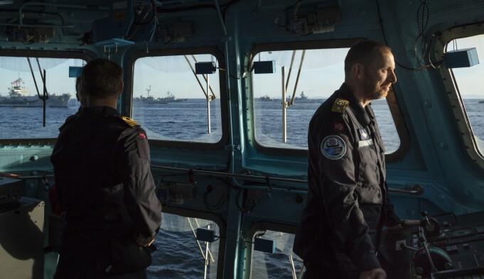 Rune Andersen med KNM Helge Ingstad i bakgrunnen kort tid før fregatten sank.