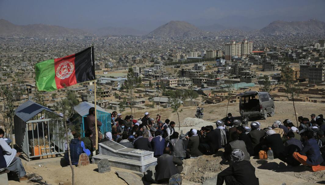 En av de omkomne etter angrepet ved et kurssenter i Kabul lørdag begraves.