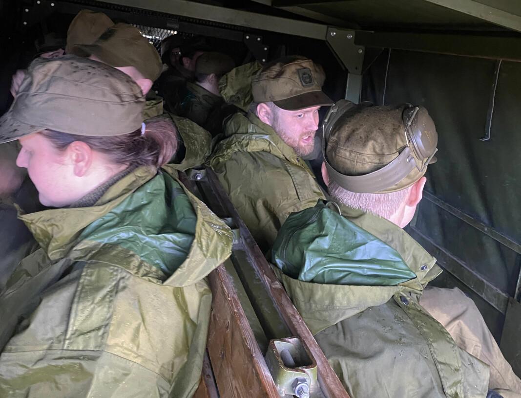Soldater på vei til skytebanen.
