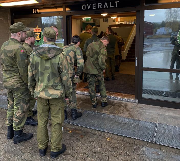 Soldater i kø for å komme inn i messa på Heistadmoen.