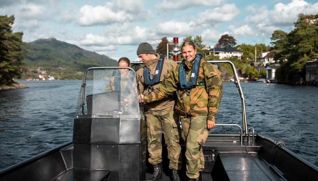 Løytnant Thomas Longva (midten) lærer opp nye båtoperatører i navigasjon.