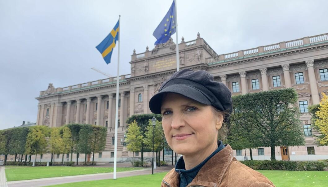 Den svenske cybereksperten Stina Ehrensvärd foran den svenske Riksdagen, som er blitt hacket. Hun advarer mot at demokratiske valg, som neste uke i USA, kan bli påvirket av fremmede makters nettfisking.