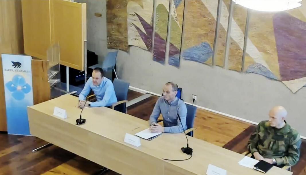 Ordfører i Bardu Toralf Heimdal, smittevernoverlege Vidar Bjørnås og talsperson fra Hæren Eirik Skomedal under pressekonferansen som også ble streamet torsdag ettermiddag.