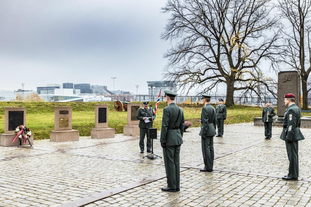 Forsvarssjef Eirik Kristoffersen, sjef Forsvarets fellestjenester Arne Opperud og sjef for Forsvarets tros- og livssynskorps Knut Espen Høidal under en korona-tilpasset minnedag i minnelunden på Akerhus festning.