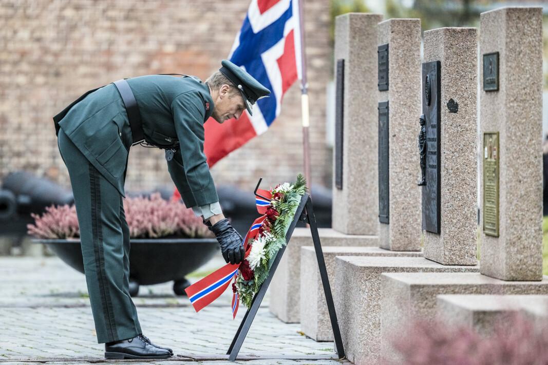 Forsvarssjef Eirik Kristoffersen ser til at kransen tar seg bra ut.