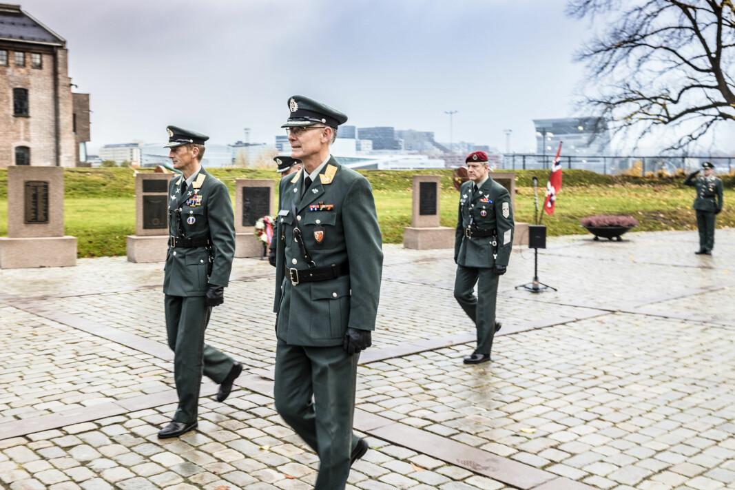 Forsvarssjef Eirik Kristoffersen og sjef Forsvarets fellestjenester Arne Opperud forlater markeringen.