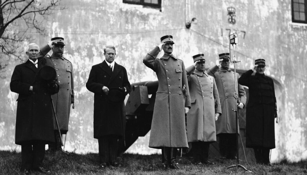 Kong Haakon VII (i midten) besøker Kongsvinger festning i 1932. Til venstre for kongen står daværende forsvarsminister Vidkun Quisling. FOTO: NTB