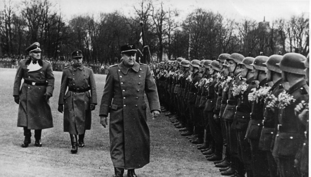 Vidkun Quisling under en parade for soldater i Den norske Legion på Slottsplassen i 1942.