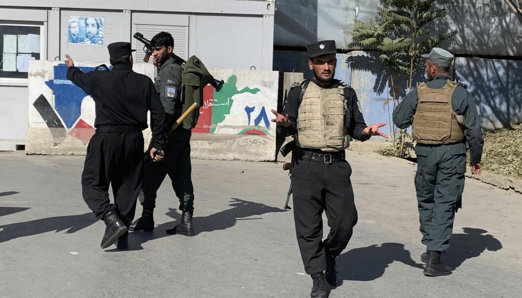 ANGREP: Afghansk politi ankommer universitetet i Kabul mandag morgen.