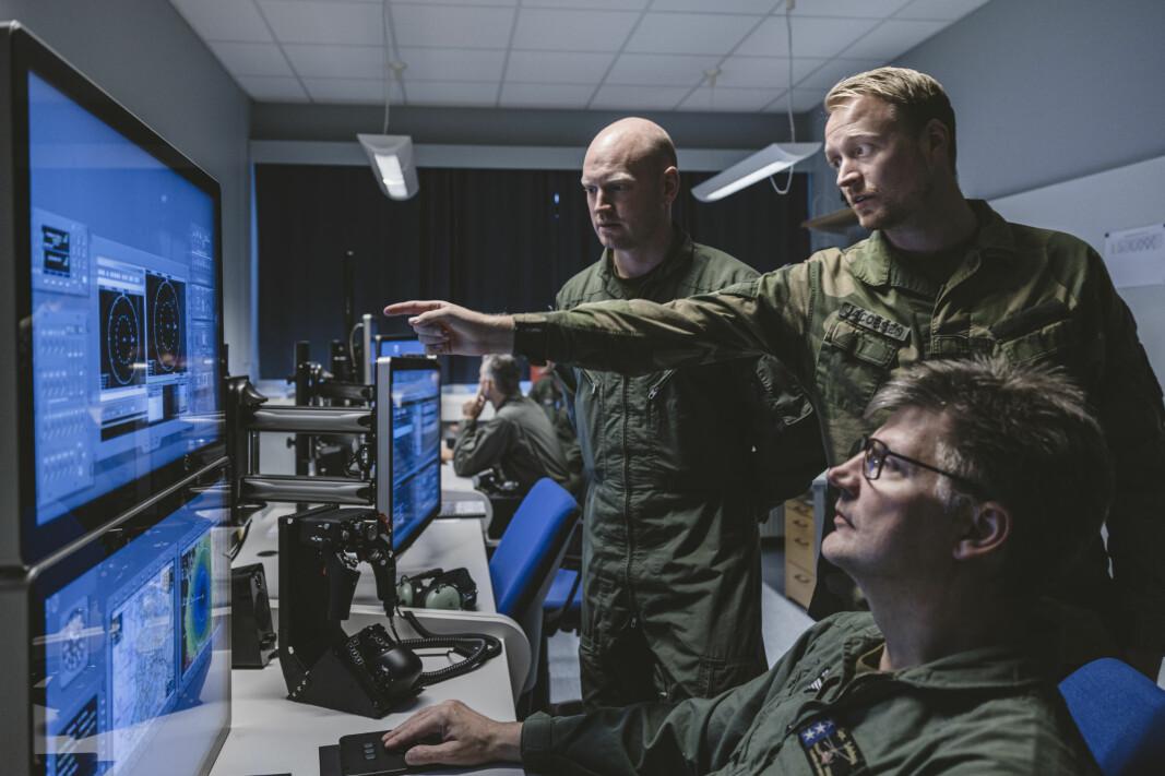 Sølve Bjerkenås (t.v.) følger med når Martin Jacobsen instruerer i et av rommene som er satt av til å simulere noe av det som foregår om bord det nye redningshelikopteret.