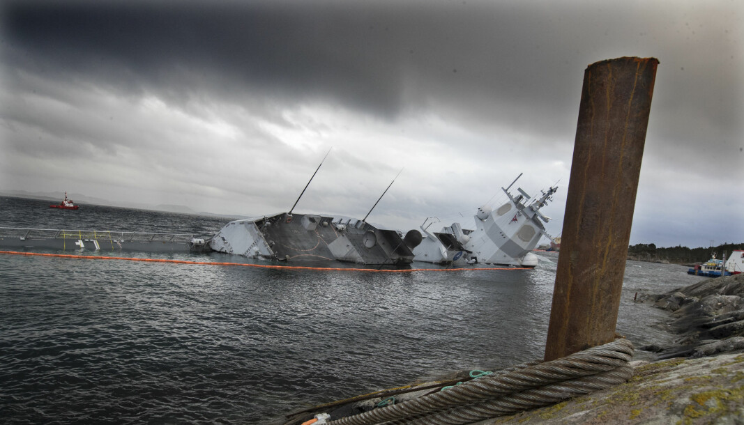 KNM Helge Ingstad ved skadestedet i Øygarden etter at fartøyet kolliderte med et tankskip
