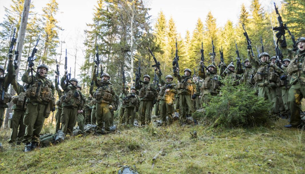 Vi jobber sammen hver dag for å skape det beste Forsvaret Norge kan få, skriver Johan Hovde som advarer mot profesjonskamp mellom sivile og militære i Forsvaret. Her ser vi soldater fra Hæren under en øvelse.